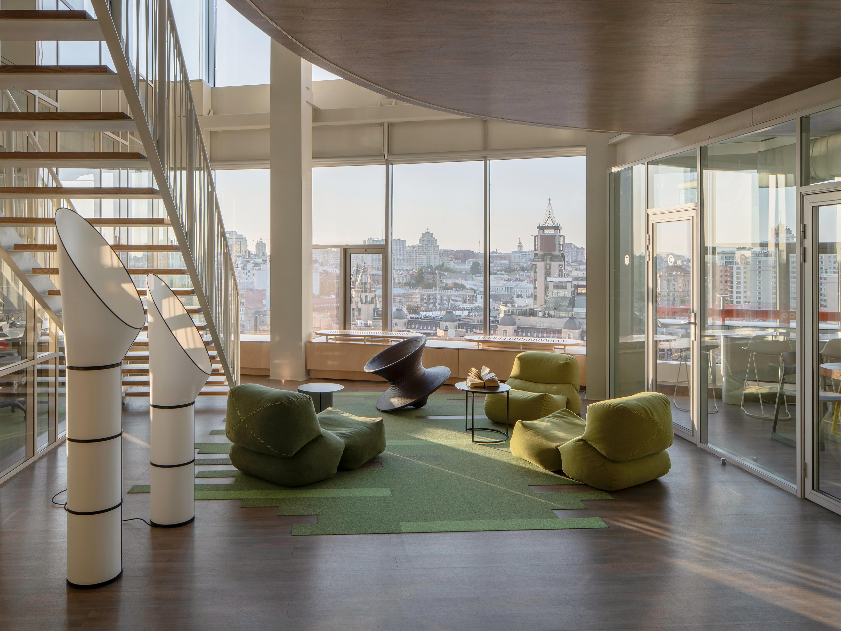 Zdjęcie jednej z przestrzeni wypoczynkowych biura  Grammarly.