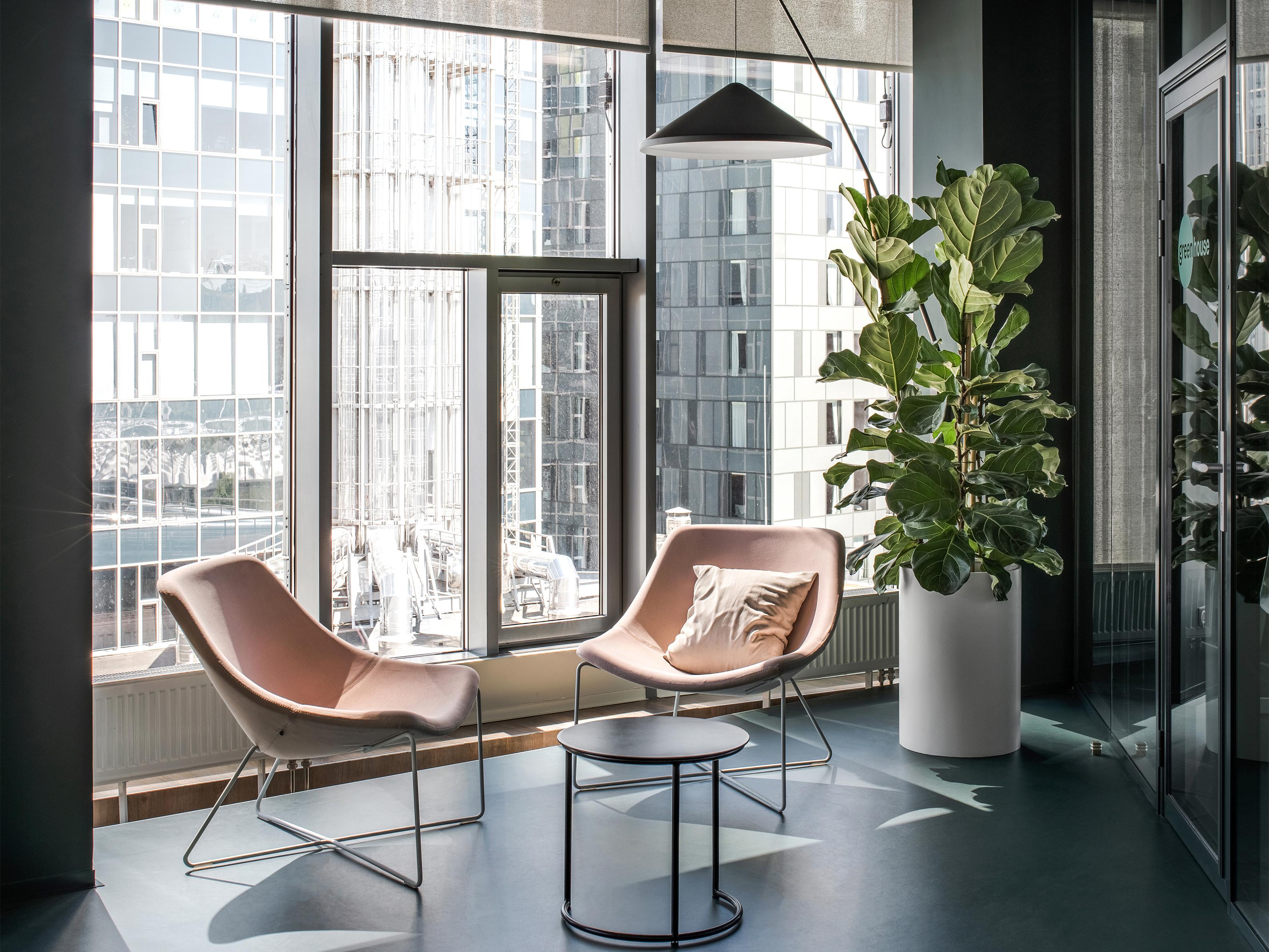 Wykorzystanie ekologicznych materiałów i tekstur sprzyja naturalnej i pozytywnej przestrzeni.