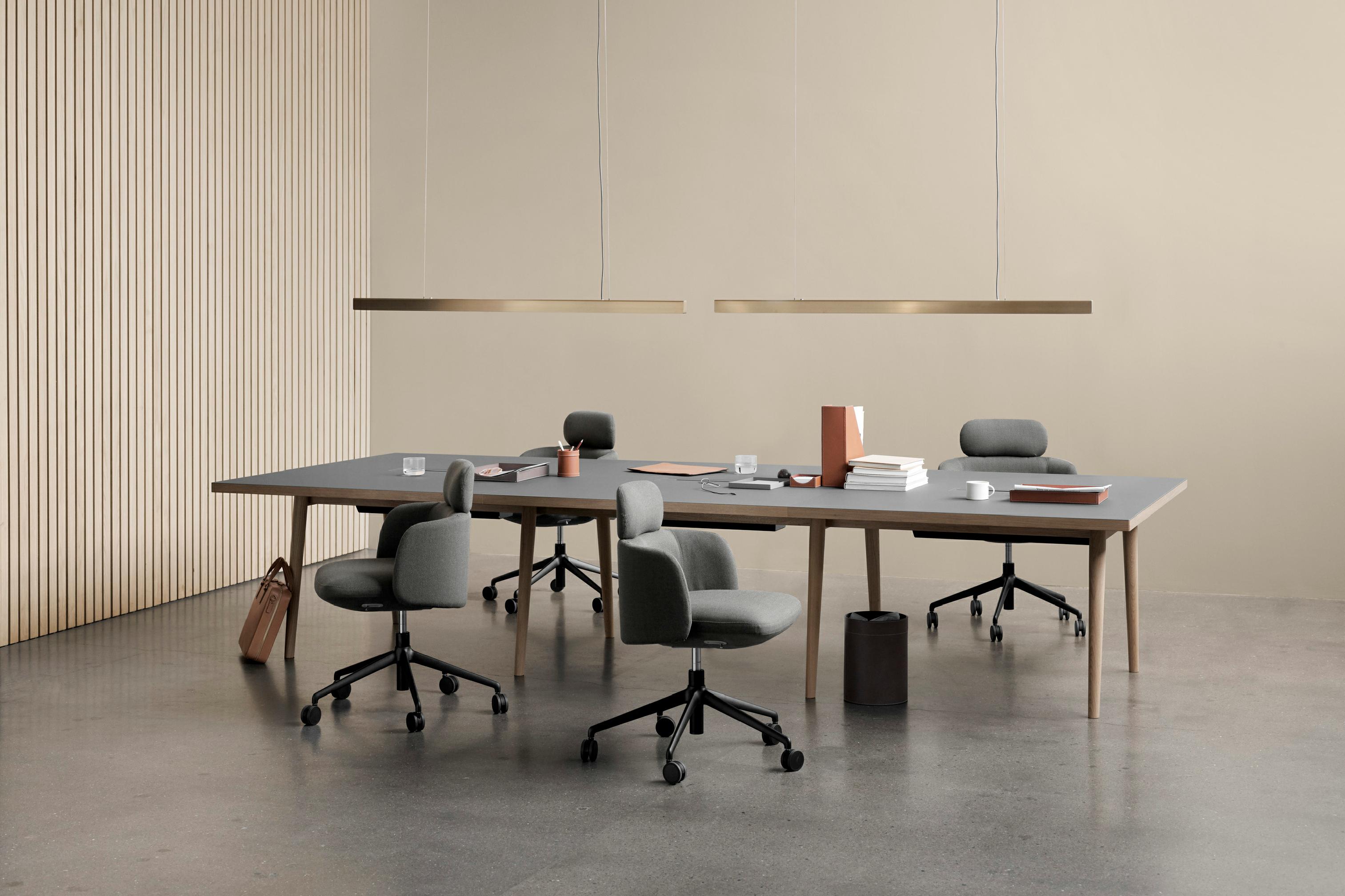 Seria stołów Forum jest dostępna w różnych rozmiarach i kolorach blatów dla ramy i krawędzi.